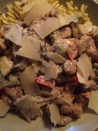 pasta met gebakken chipolatta, oesterzwammen, tomaten, courgette, room en parmezaanse kaas